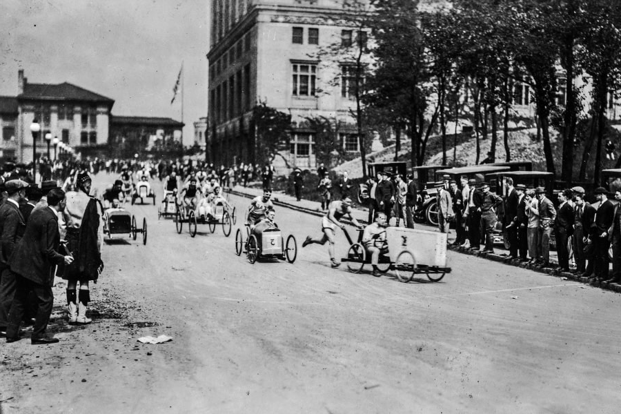 A photo of a buggy race in 1920